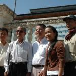 Ansatte på Kampung Speu sammen med Mr Boun Mao utenfor det lokale kontoret