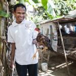 Den blinde Mr Kuth Neith viser stolt frem en av hønene han eier
